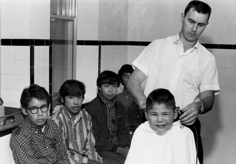 Jongens krijgen hun haar geknipt in de Shingwauk Indian Residential School in Sault Ste. Marie, Ontario. De foto dateert circa 1960.  Beeld Shingwauk Residential Schools Centre  / Reuters