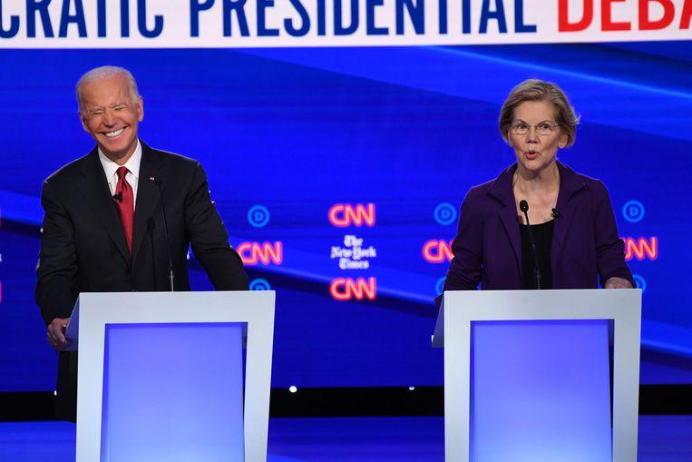 Senator Elizabeth Warren (rechts) naast een lachende Joe Biden, de voormalige vicepresident van de VS. Beeld AFP