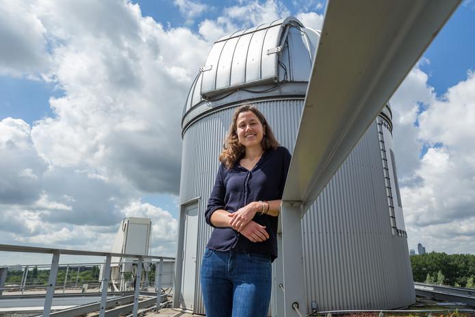"""Djoeke Schoonenberg bij de telescoopkoepel op het dak van de Universiteit van Amsterdam. """"We weten dat er op een deel van de planeten dezelfde omstandigheden heersen als toen er op aarde leven ontstond."""""""