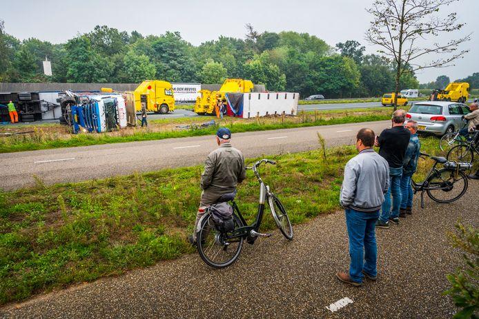 De gekantelde vrachtwagen op de A50.