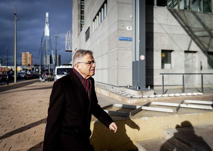 Oud-justitieminister Ernst Hirsch Ballin arriveert bij de rechtbank voor de openbare verhoren in de zaak.