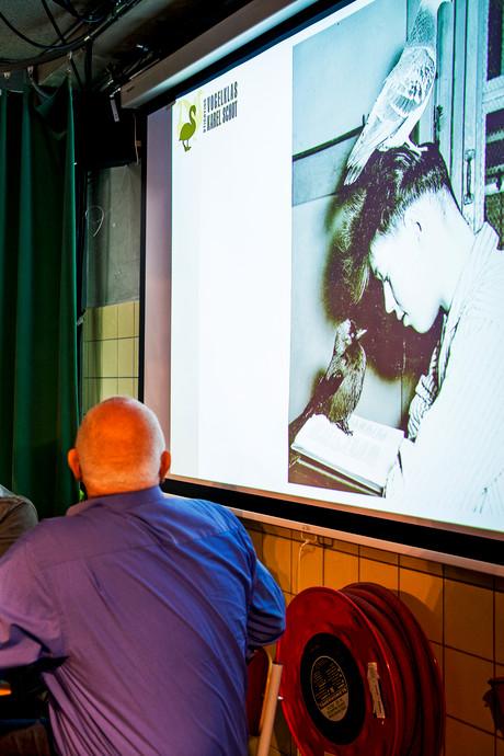 Oud-leerlingen brengen ode aan vogelmeester Karel Schot