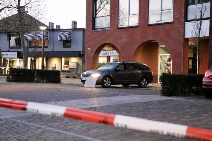 Archieffoto: aan de Almeloseweg in Tubbergen heeft in de nacht van vrijdag op zaterdag omstreeks 05:00 uur een ramkraak plaatsgevonden bij Plegt-Haarman Juweliers.  De politie doet op dit moment onderzoek. Voor de juwelier staat een auto met draaiende motor welke is gebruikt bij de kraak.   De omgeving van de juwelier, in het centrum van Tubbergen, is ruim afgezet.  (foto: Dennis Nengerman | News United)
