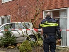 Auto rijdt huis in Bavel binnen, muur flink ontzet