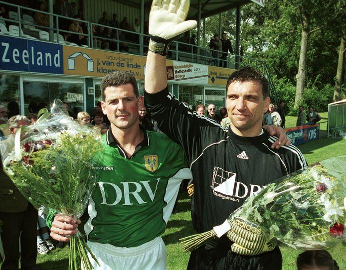 John Kole (links) samen met doelman Jaap Pijnenburg bij zijn afscheid als voetballer van Kloetinge.