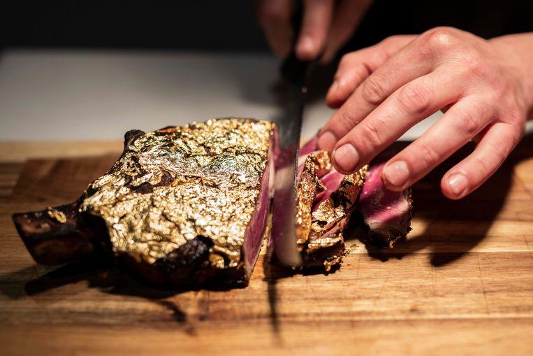 Een entrecote met bladgoud kan je bij Butcher Bar & Grill in Hasselt gaan eten.