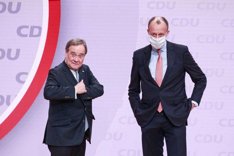 De nieuwe leider van het CDU Armin Laschet (links) met zijn tegenkandidaat Friedrich Merz bij het digitale partijcongres van de Duitse christendemocraten. Beeld EPA