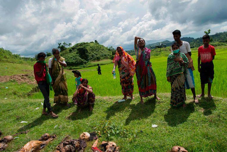 Hindoes rouwen bij de lichamen van hun overleden familieleden nabij het dorp Yebawkya. Beeld AFP
