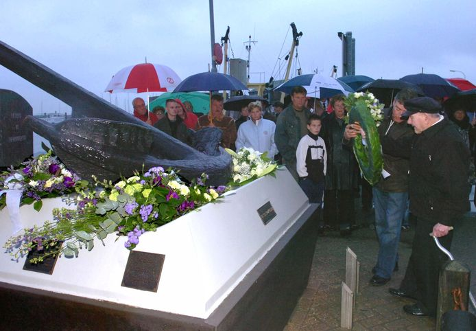 Herdenking bij het vissersmonument in 2005.Oud visser Henk Vermeulen legt samen met zijn zoon Henk jr. een krans bij het Vissersmonument aan de haven van Breskens ter nagedachtenis aan overleden vissers .