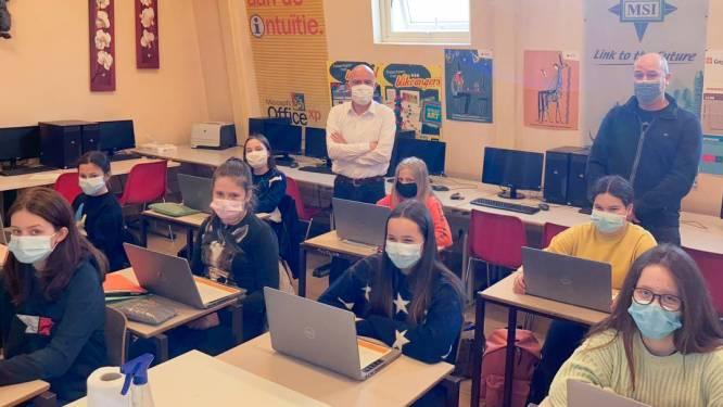 Eerstejaars van provinciale school Richtpunt Oudenaarde krijgen een laptop in bruikleen