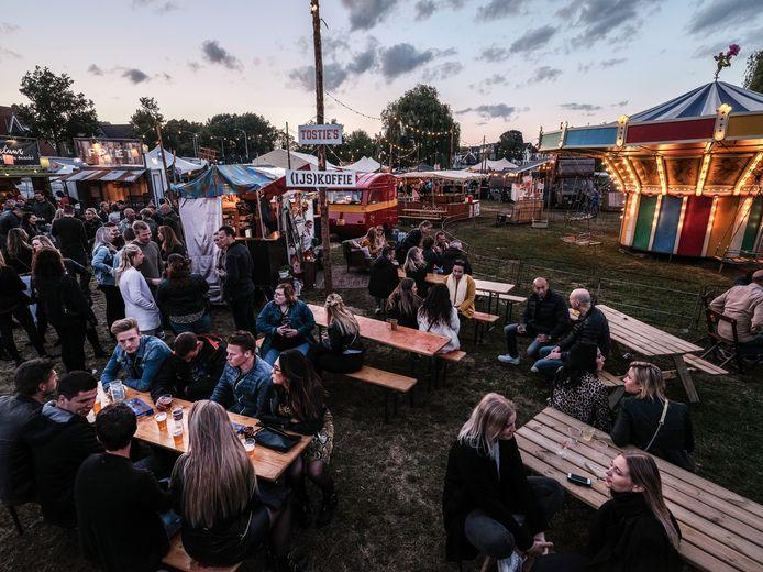 Gezellig relaxen tijdens het Achterland Festival. Met name op zondagmiddag was het een drukte van belang.  Foto: Jan Ruland van den Brink