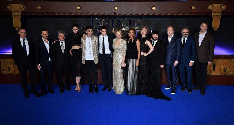 Schrijfster J.K. Rowling en regisseur Davis Yates poseren met de cast tijdens de Europese première van de film in Londen op 15 november. Beeld null