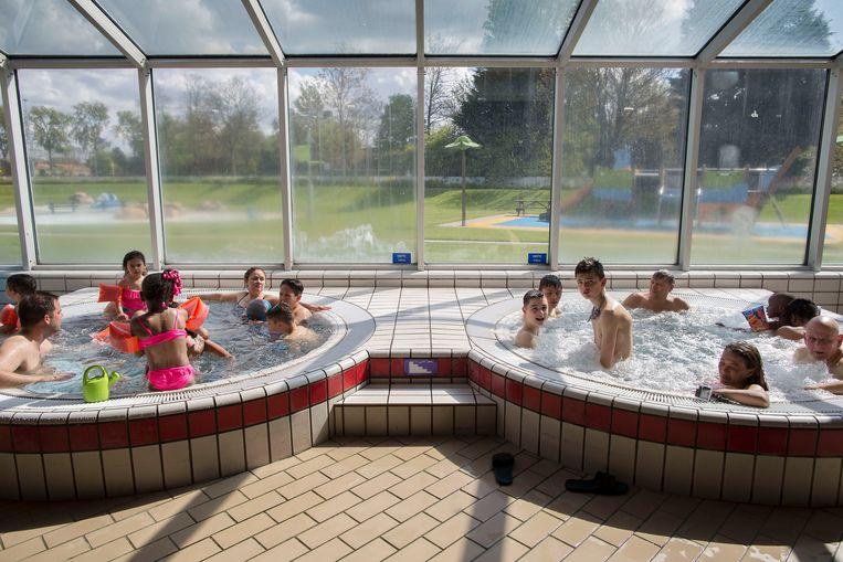 Lekker bubbelen in De Fakkel in Ridderkerk. Het zwembad is ook een ontmoetingsplek waar jongens en meisjes soms de grenzen aftasten. Beeld Werry Crone