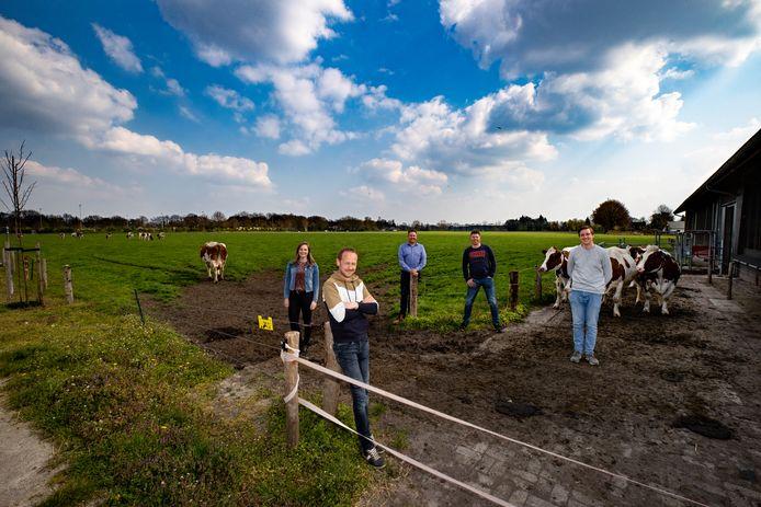 Het team dat is geformeerd rond de Waalrese melkveehouder Peter van den Broek (voorgrond). Vlnr; Leonie Bijen, Peter van Kruijsdijk, Rob Huinink en Pieter van Stockum.
