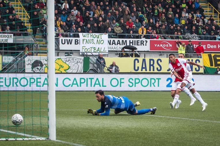 David Neres scoort de 0-2 bij ADO Den Haag, 6 oktober 2019. Beeld VI Images