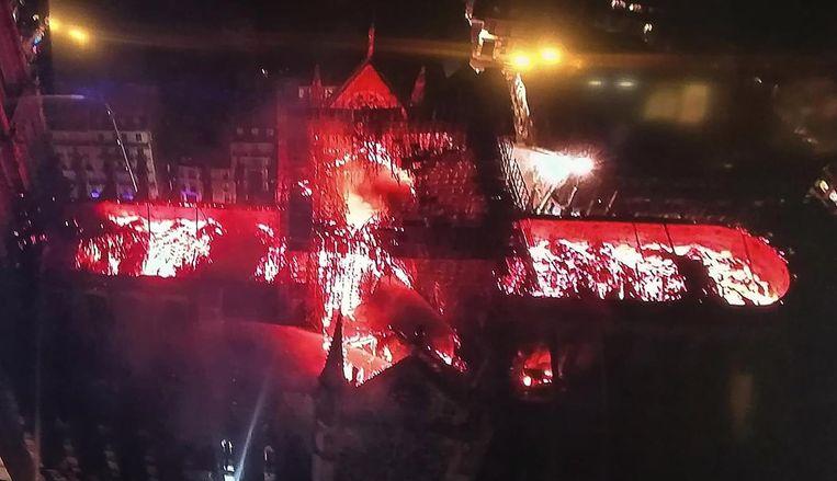 Beeld vanuit de lucht: een brandende Notre Dame Beeld anp
