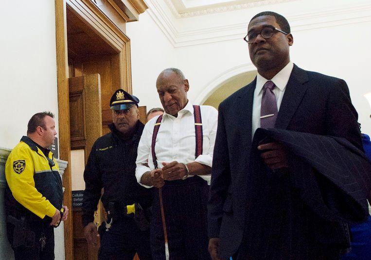 Bill Cosby, verlaat geboeid de rechtszaal. Beeld AP
