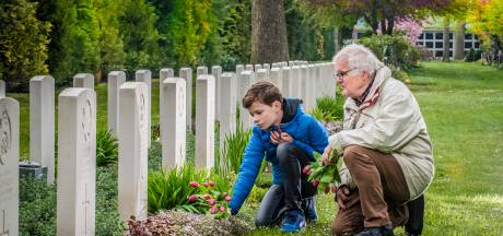 John Perik en kleinzoon Hugo (11) herdenken jaarlijks oorlogsdoden van Enschede: 'Het moet uit jezelf komen'