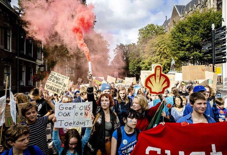 Scholieren en studenten voeren actie tijdens de wereldwijde klimaatstaking van Fridays For Future.  Beeld ANP