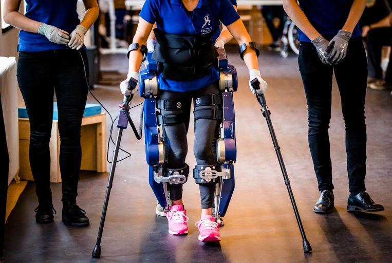 Studenten van de TU Delft onthullen het nieuwe exoskelet MARCH III, de vernieuwde versie van het ondersteunend robotisch pak voor mensen met een dwarslaesie.  Beeld ANP
