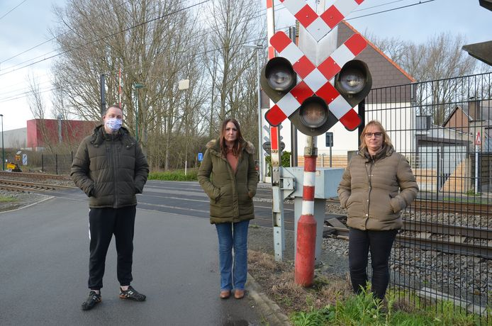 Buurtbewoners Fanuel Dewever, Nathalie De Tollenaere en Carla Vanmulders hebben een petitie gevoerd tegen het afschaffen van de overweg in de Terjodenstraat in Welle.