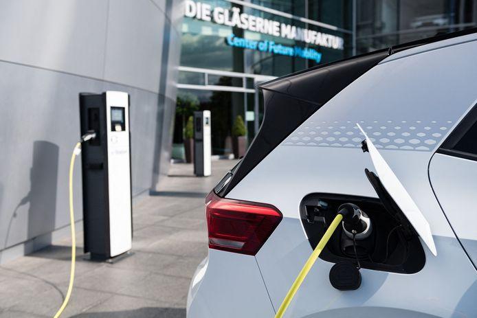 Een elektrische Volkswagen ID.3 wordt opgeladen aan een laadpaal in de Duitse stad Dresden.