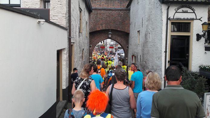 De Waterpoort in Zaltbommel was traditioneel de finish van de avondvierdaagse.