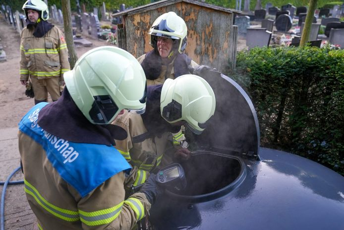 In een container op de begraafplaats van de Heilig Hart Kerk in Oss woedde dinsdagochtend brand.