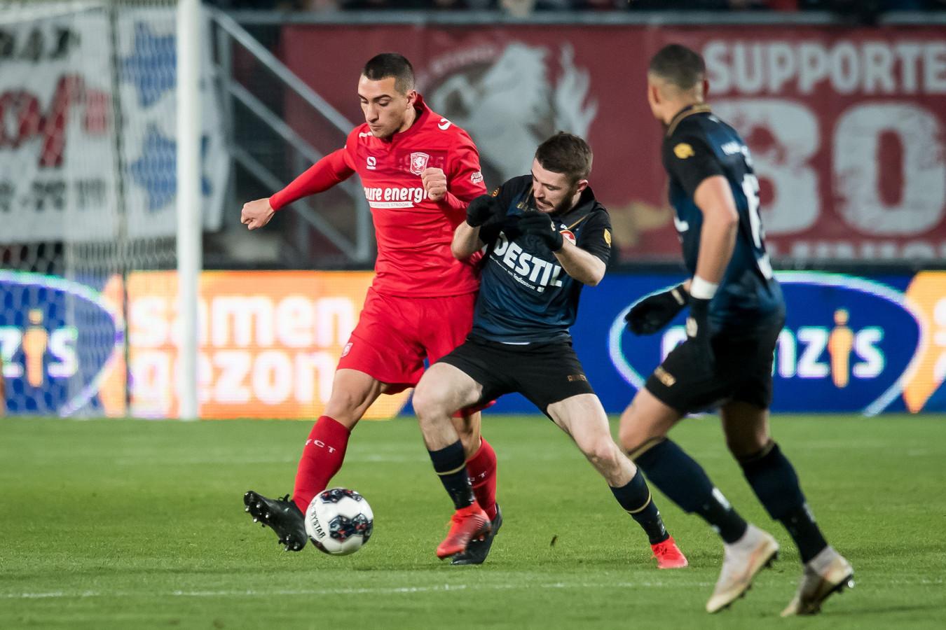 Daniel Crowley in duel met een speler van FC Twente.