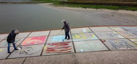 Straatschilderij voor de vrede langs de Waal bij Tiel en Wamel: 'Vrede is van alledag, van nu'