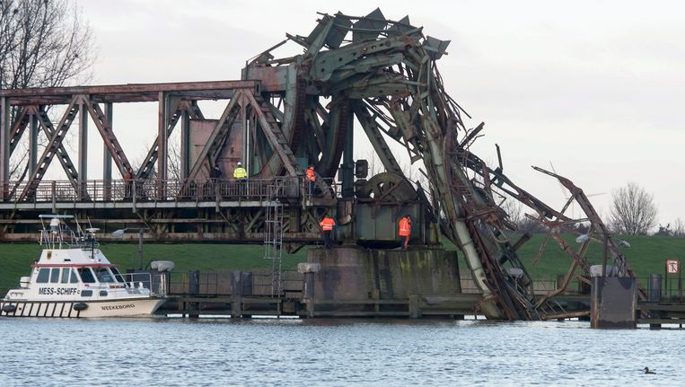 De Friesenbrücke die donderdag 3 december werd doorklieft door het vrachtschip Emsmoon. Beeld epa