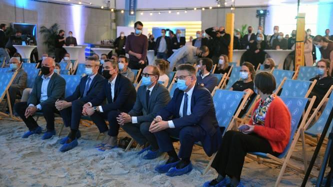 VIDEO KU Leuven breidt topsportinfrastructuur uit met nieuwe beach- en fitnesshal: minister Ben Weyts (N-VA)  plat op de buik in het zand