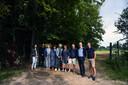 Leden van buurtcomité D'Hoogvorstsite aan het domein.