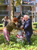 Kunstenares Hennie Bertens en wethouder Johan Swaans onthullen samen de Drie Gratiën.