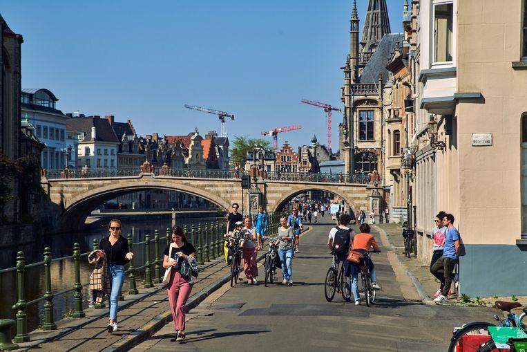 Vooral jonge mensen in het Gentse straatbeeld, vorige zondag. Mensen onder de 45 jaar lopen op dit ogenblik minder risico om te overlijden dan normaal.  Beeld Thomas Nolf