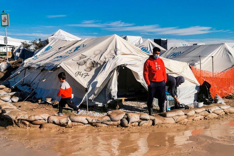 Een man bij zijn tent in het 'tijdelijke' vluchtelingenkamp op het Griekse eiland Lesbos.  Beeld AFP