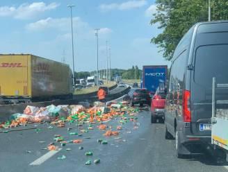 Moeilijke doorgang op R4 nadat truck lading frisdrank verliest