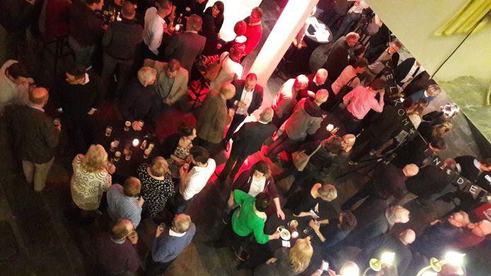 Drukte in het Cultuurcentrum in Deurne tijdens de verkiezingsbijeenkomst.