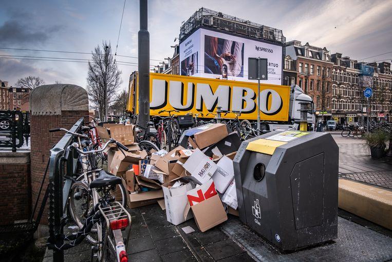Amsterdam maakte rond de feestdagen een kartoncrisis mee. Bergen verpakkingskarton belandden naast afvalbakken na de grote hoeveel online aankopen die stadsbewoners hadden gedaan. Beeld Joris Van Gennip