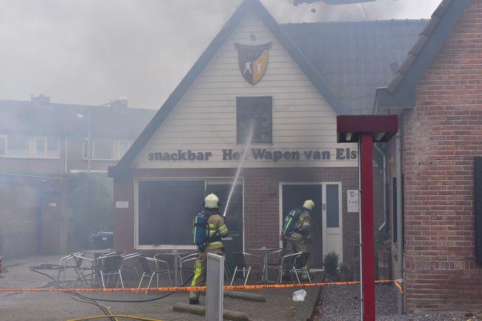 De brandweer blust het vuur in Het Wapen van Elst.