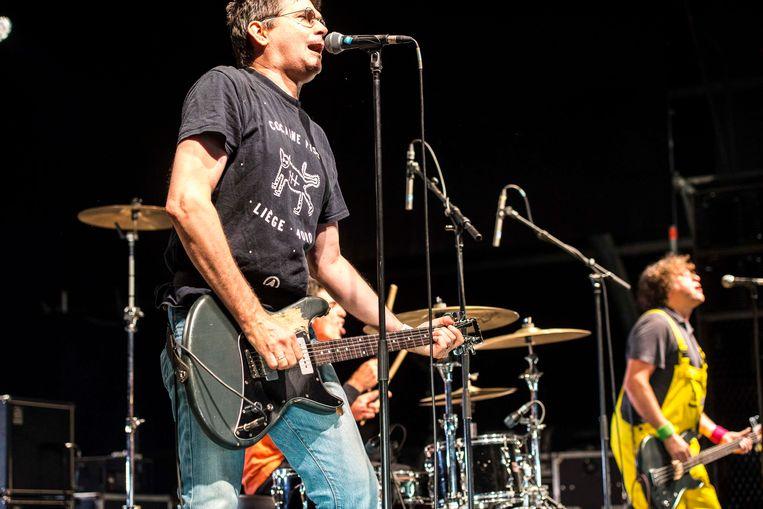 Steve Albini van Shellac draagt een T-shirt van de Luikse band Cocaine Piss. Beeld Koen Keppens