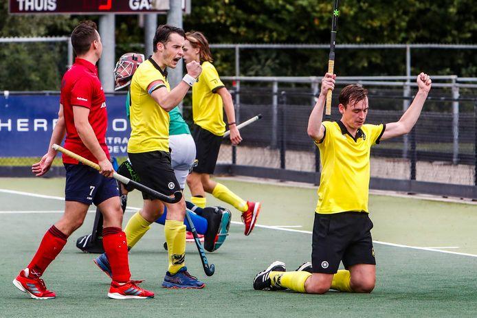 De mannen van DHV (geel) hadden reden tot juichen. Zij wonnen met 5-2 van Almelo.