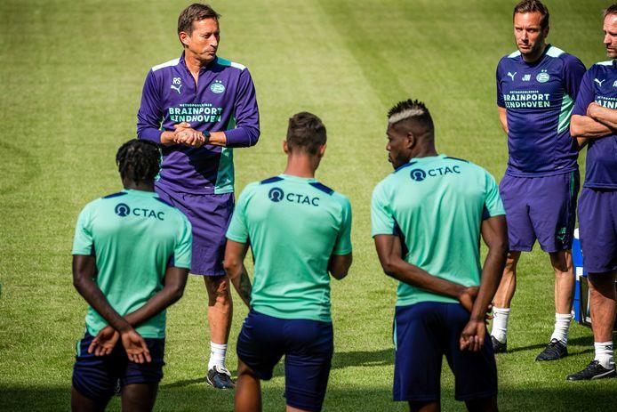 Roger Schmidt spreekt de spelersgroep van PSV toe tijdens de afsluitende training voor het duel met Galatasaray.