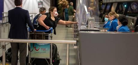 Eerste toeristen druppelen al Schiphol binnen: 'We zijn echt toe aan vakantie'
