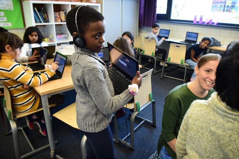 Leerlingen krijgen computerles op basisschool SALTO in Eindhoven. Beeld Marcel van den Bergh / de Volkskrant