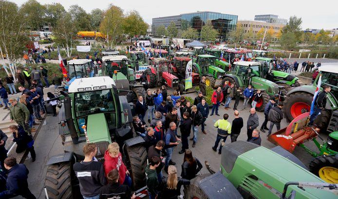 Boeren protesteren bij het provinciehuis in Den Bosch.