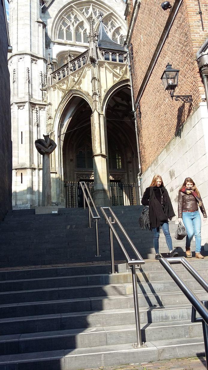De trappen tussen de Stikke Hezelstraat en het Stevenskerkhof.