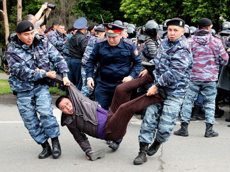 Het ministerie van Binnenlandse Zaken sprak over ongeveer 500 arrestaties in de hoofdstad Nur-Sultan (het vroegere Astana) en in Almaty. Beeld EPA