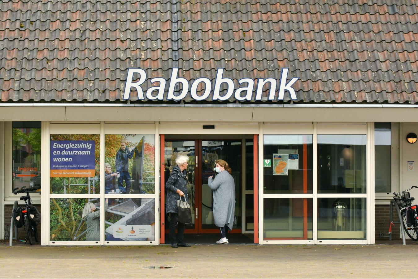 Rabobanken Enschede-Haaksbergen en Twente Oost gaan fuseren. Vorige week sloten de banken meerdere kantoren waaronder die in Haakbergen en Denekamp (foto).