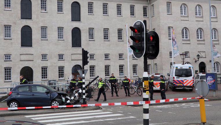De onwel geworden automobilist raakte een stoplicht op de Kattenburgerstraat. Beeld Het Parool